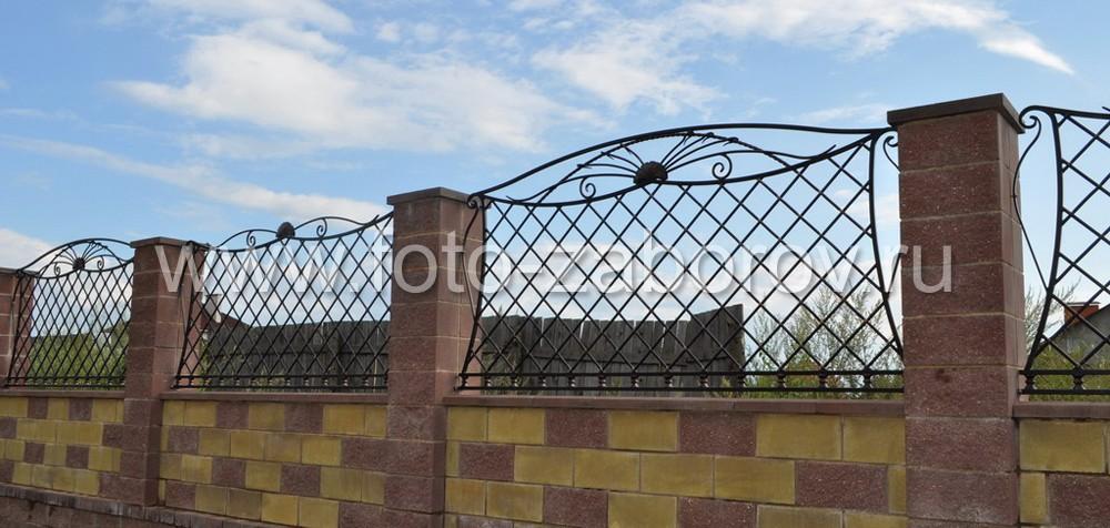 Фото Ковано-литое украшение блочного забора: косая решетка, металлические цветки с вьющимися, будто