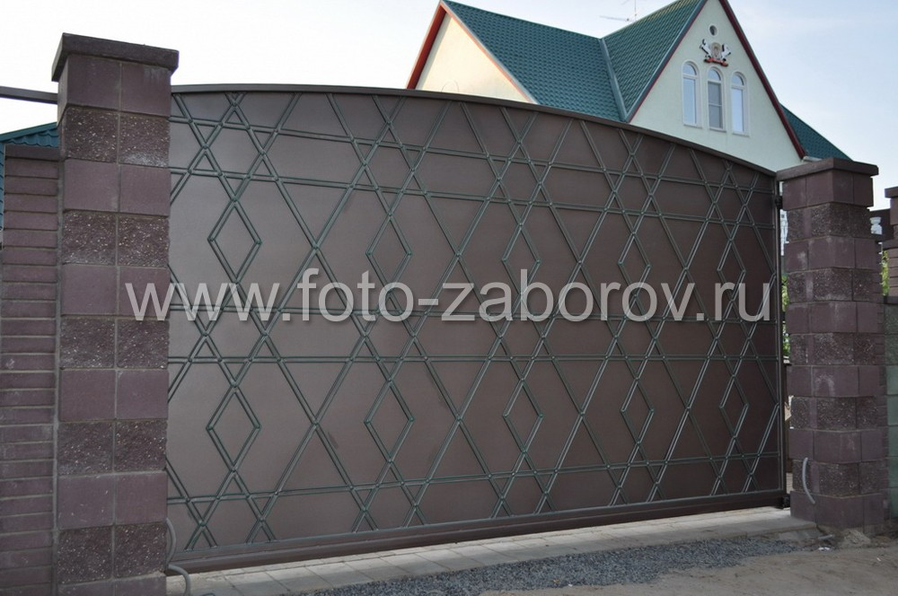 Автоматические откатные ворота украшены коваными стальными