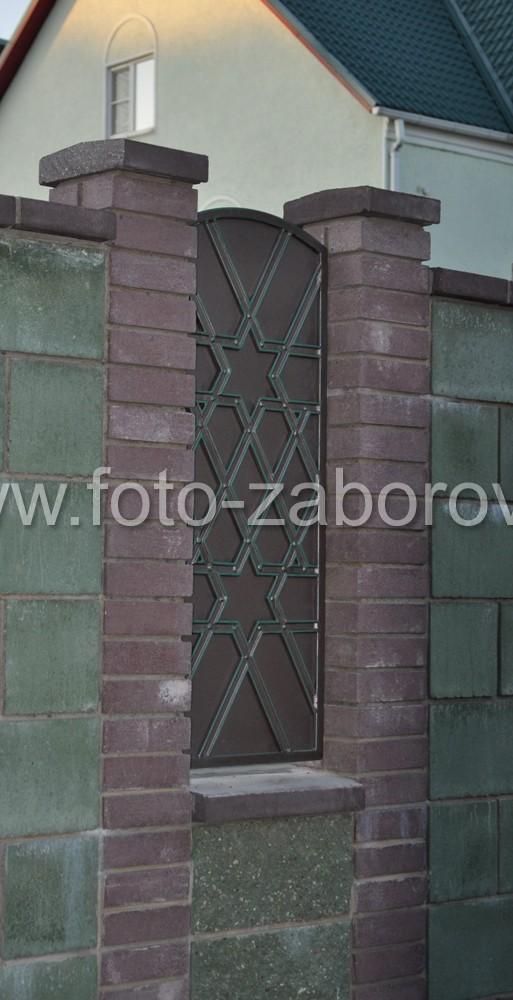 Металлический декоративный щит-вставка в проёме блочного забора с орнаментом - шестиконечной