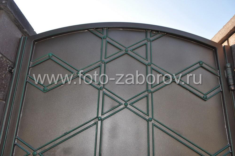 Калитку украшает узор из накладных стальных