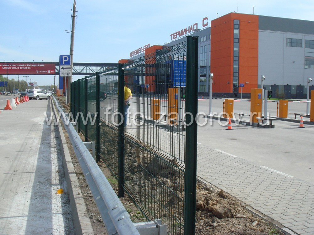 Фото модульного ограждения территории аэропорта Шереметьево, сделанное из сварной