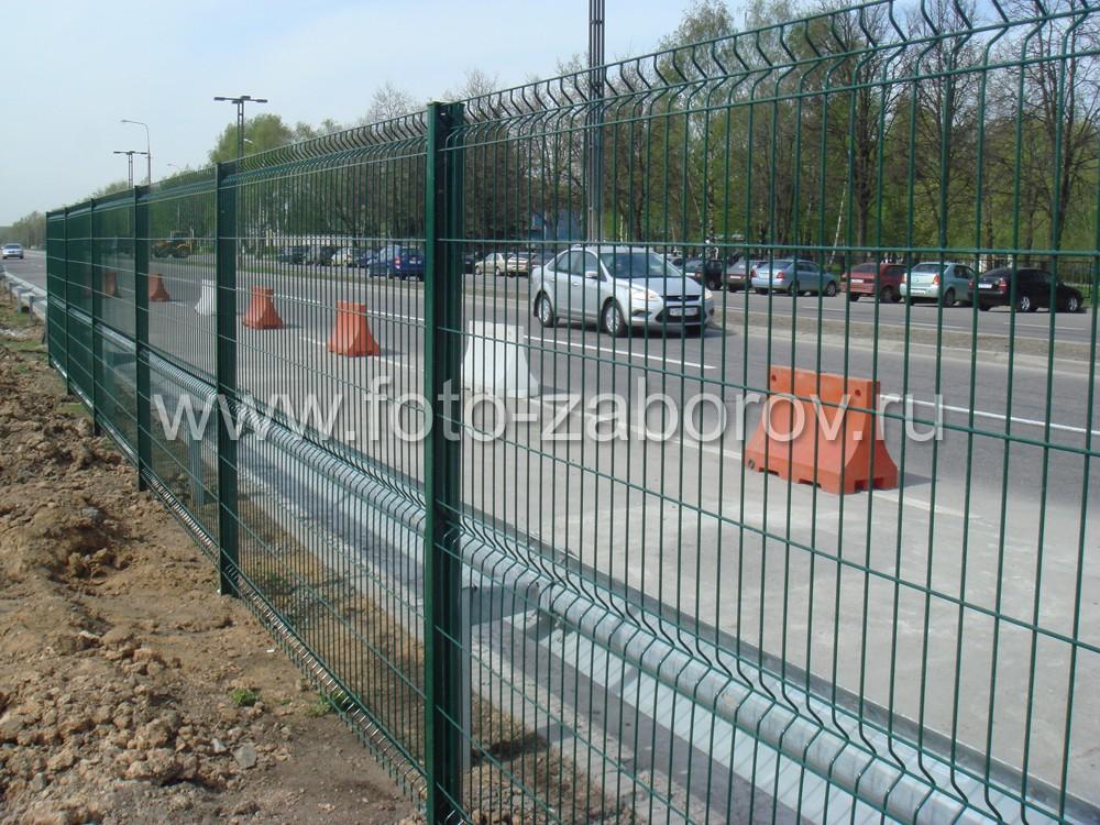 Забор установлен непоредственно рядом с отбойниками автомобильной