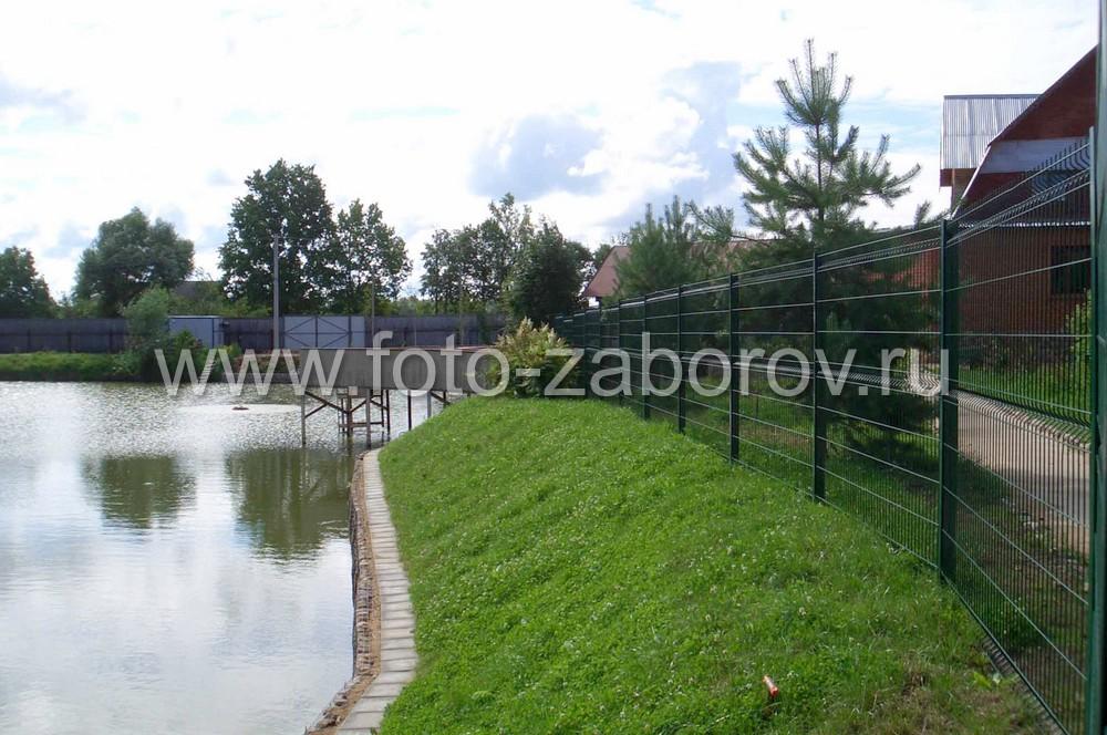 Фото Дом у воды. Модульный забор из сварной сетки разграничивает территорию, гармонично вписываясь