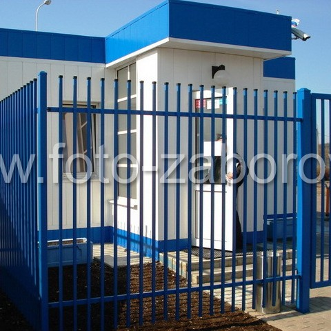 Фото Заводская проходная: строгая и лаконичная конструкция ворот, калиточного входа и самого забора