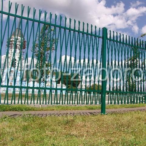 Фото металлического забора из смонтированных крест-накрест стальных