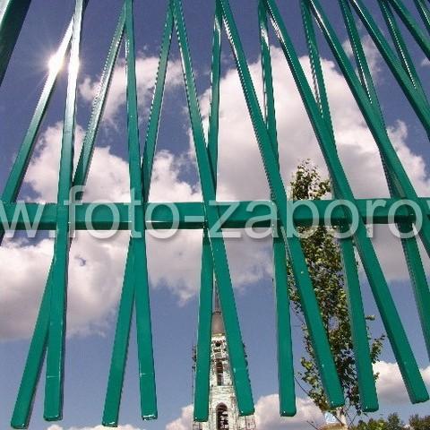 Необычная металлическая ограда территории церковного