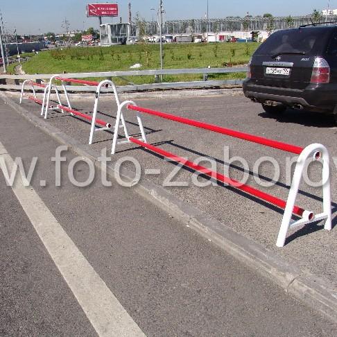 Выставленными в ряд несколькими дорожными барьерами можно перекрыть движение