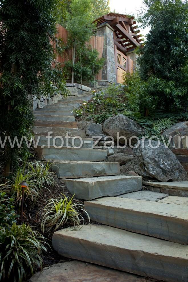 Оригинальная каменная лестница дугообразной формы ведёт ко входной калитке на