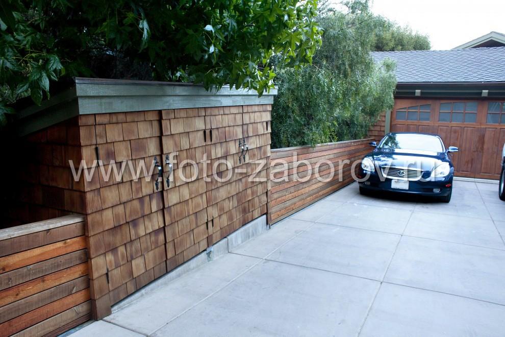 Деревянные откатные гаражные ворота (на заднем плане); небольшие окошки по верху для естественного
