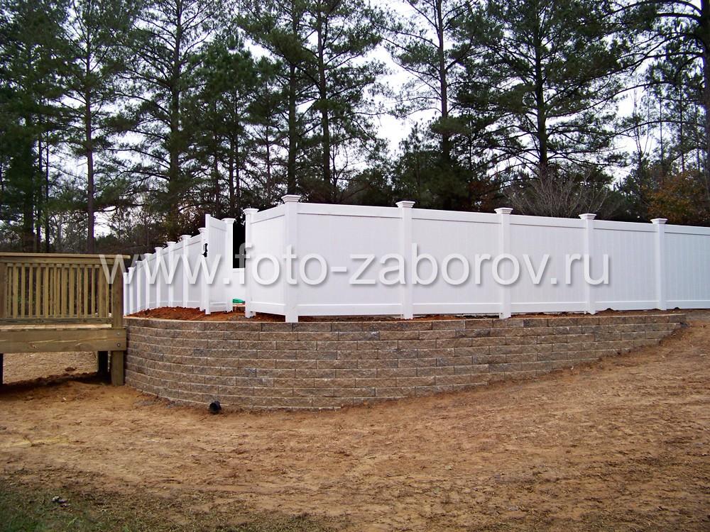 Фото белоснежного сплошного деревянного забора с