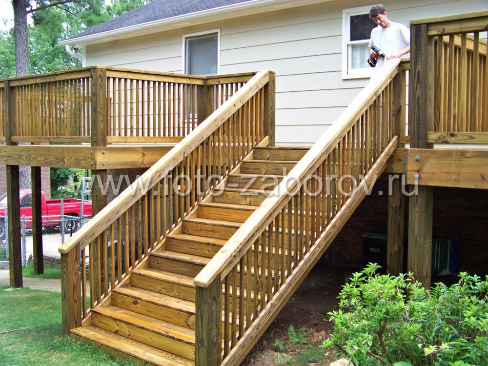 Массивная лестница, смещенная внутрь террасы, создает более насыщенные архитектурные формы при