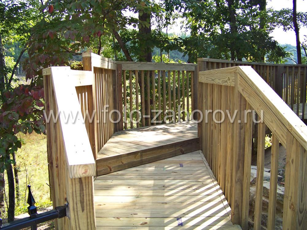Массивные составные перила деревянного ограждения лестницы дают ощущение надежности и