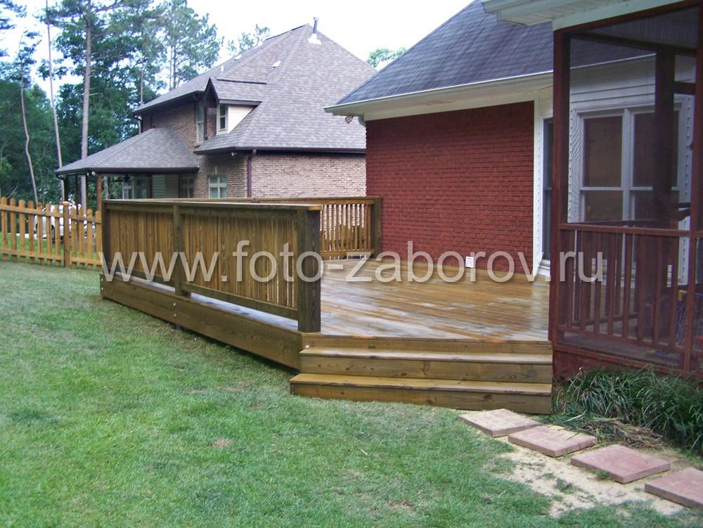 Ступени, ведущие на деревянную террасу, имеют угловое расположение в виде косого