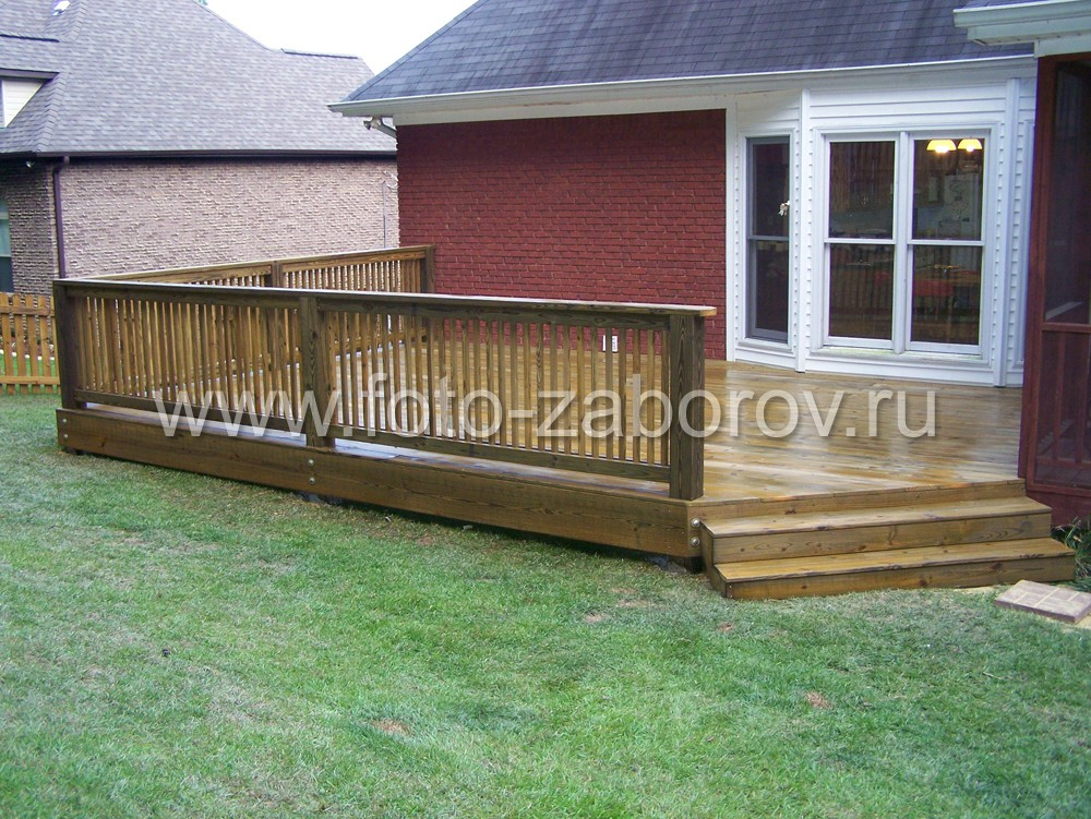 Уютная деревянная терраска с небольшими ступенями и деревянным