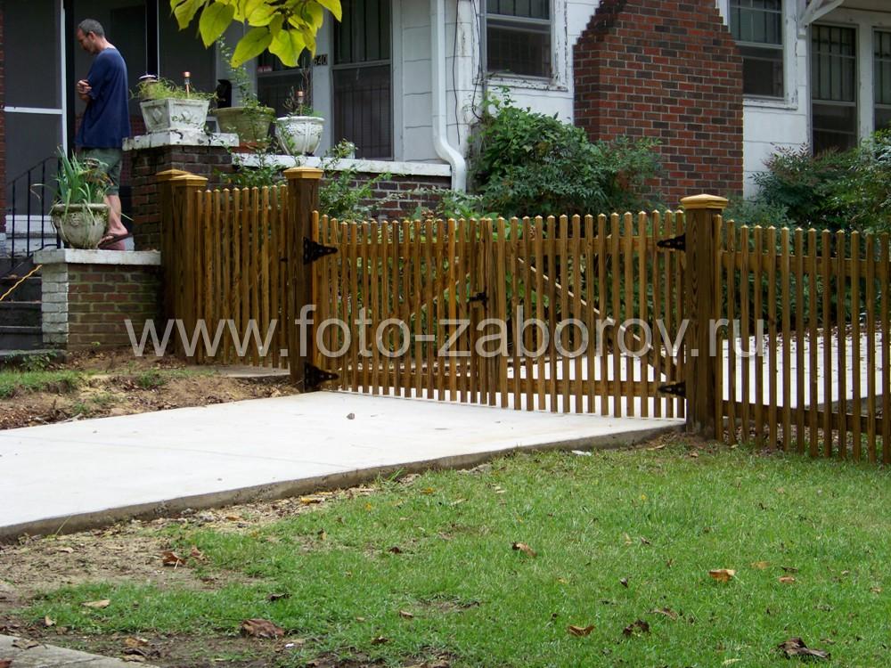 Двустворчатые деревянные ворота на въезде на территорию участка со столбами ворот с декоративными