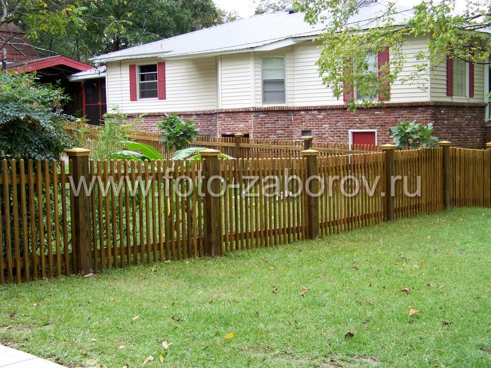 Декорированный деревянный забор ограждает частный