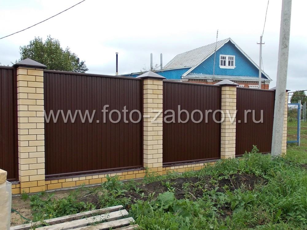 Качественный забор из коричневого профнастила с кирпичными столбами соломенного