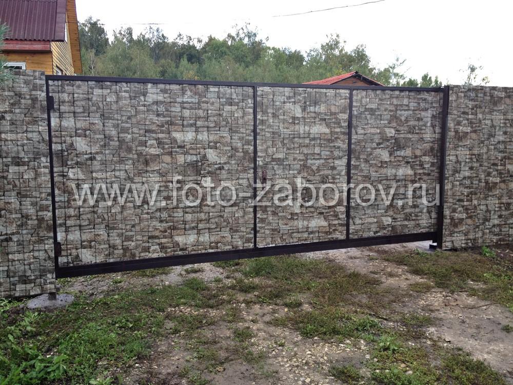 Фото широких распашных ворот со встроенной калиткой и обшивкой из
