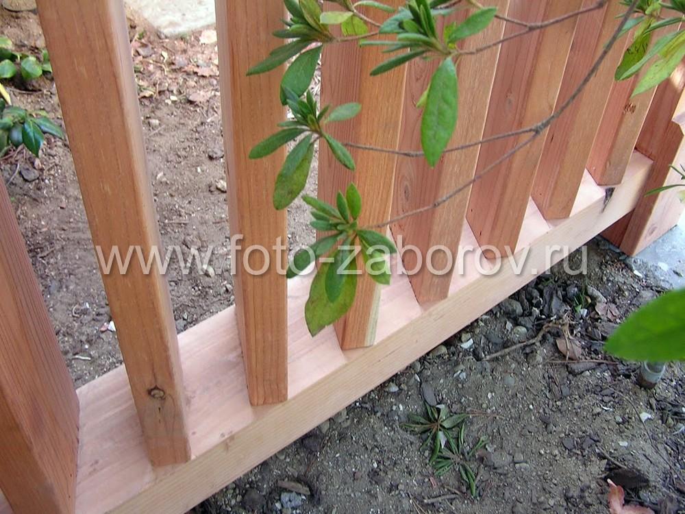 Косоугольное расположение досок деревянной решётки позволяет задать прозрачность забора в нужном