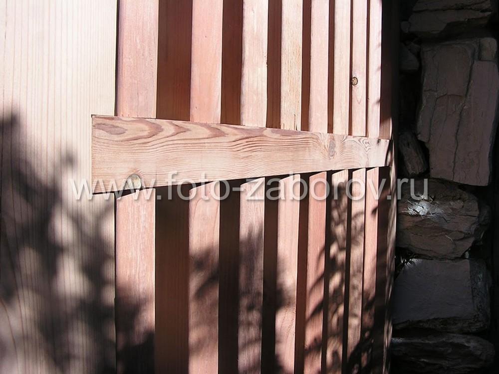 Горизонтальная перекладина надёжно закреплена в паз деревянного
