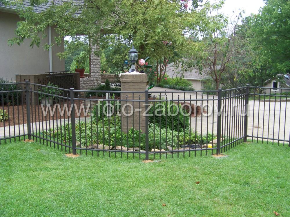 Фото Невысокий аккуратный металлический забор. Типичный для американского частного дома, но слишком