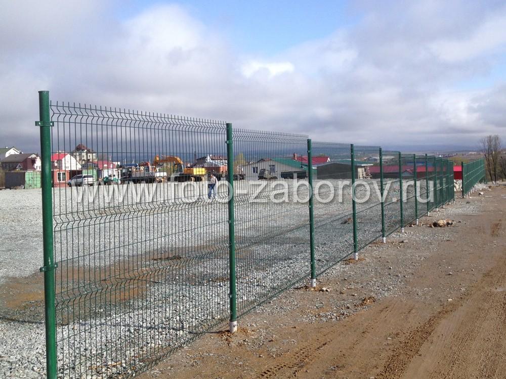 Забором из сварной сетки можно быстро и надежно оградить большие участки