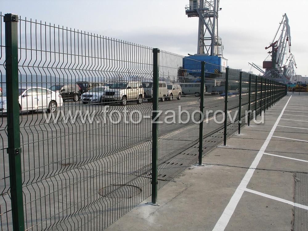 Фото Секционный забор из сварной сетки, установленный во Владивостокском автомобильном