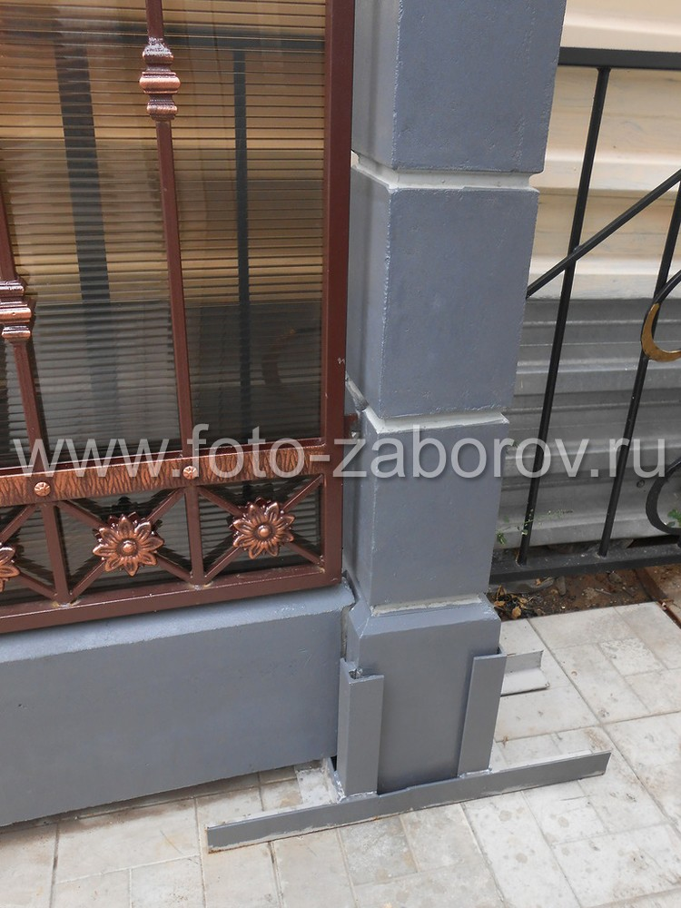 Фото Комбинированный забор (столбы из прессованного бетона, качественной ковкой) со вкусом