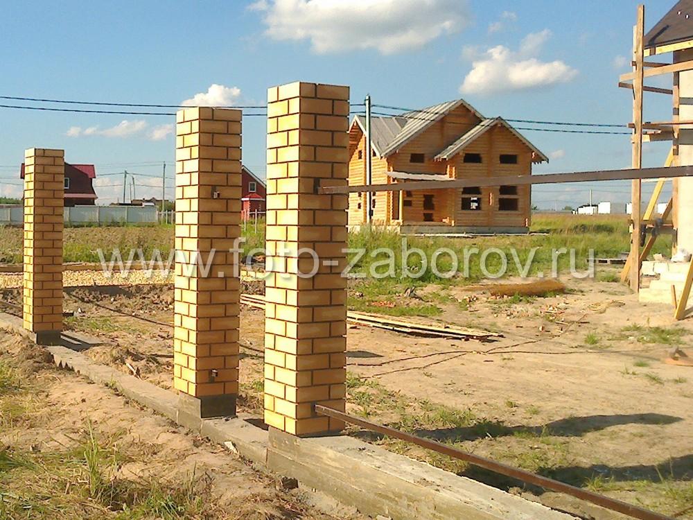 Фото Строительство комбинированного забора из профнастила с ленточным фундаментом и жёлтыми