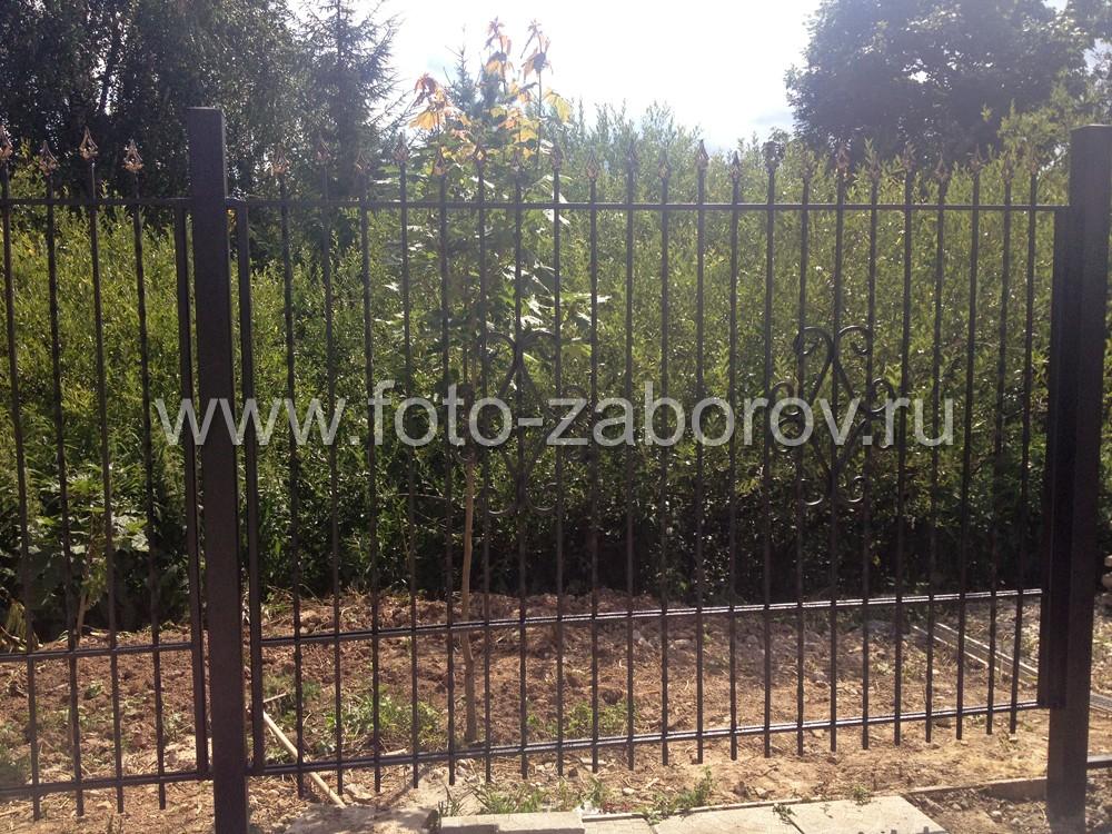 Фото Металлический забор с элементами ковки, установленный на высоком цоколе. Откатные консольные