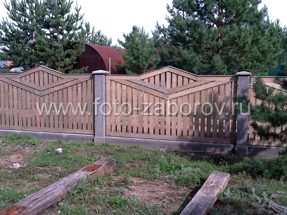 Фото Деревянное ограждение с бетонными столбами. Эскиз деревянных секций ограждения был нарисован