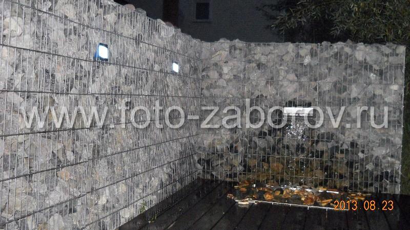 Фото Ограждение речного причала из габиона, декорированное водопадом с ночной