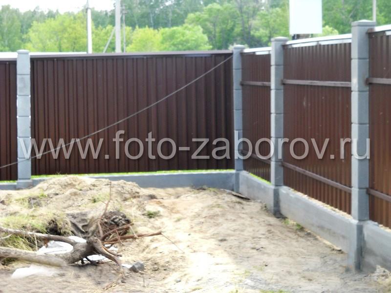 Забор из профлиста на деревянных столбах