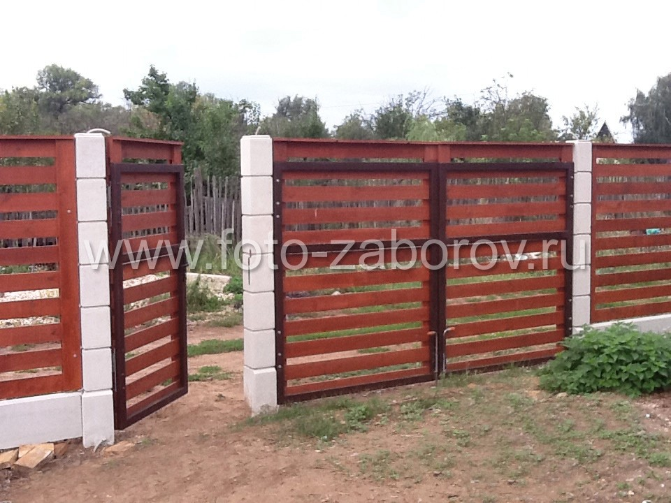 Фото калитки и части ворот с открытием наружу. Вид со