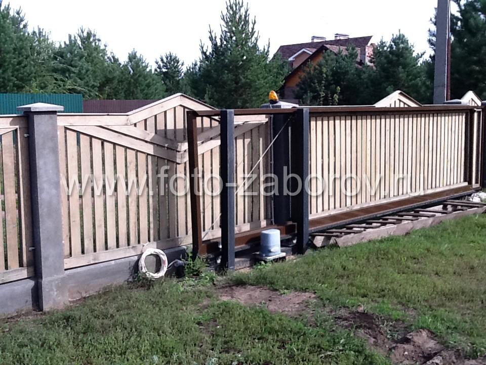 Откатные ворота, зашитые в рисунок секций ограждения, не диссонируют с полотном из профлиста и
