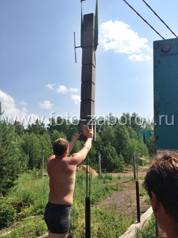 Фото строительства забора: установка бетонных столбов с помощью