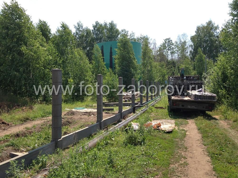 Установка столбов произведена на ранее построенный фундамент с насаживанием на торчащие трубы из