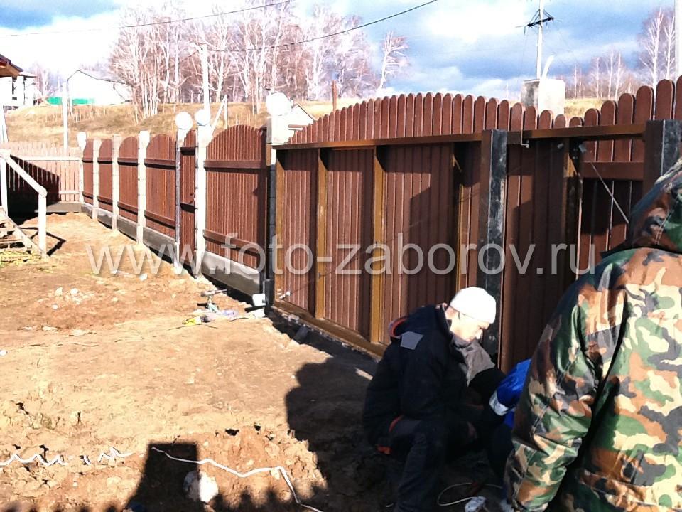 Фото Дыхание осени: установка деревянного забора с откатными воротами на пороге наступающих