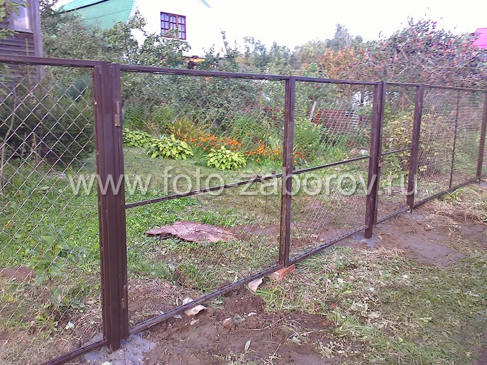 Фото Забор из сетки-рабицы в рамках, отлично подходящий для садоводческих товариществ и небольших