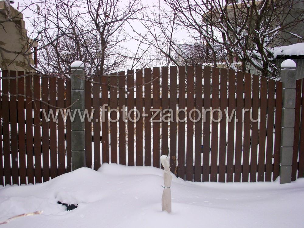 Фото Деревянное ограждение сада на дачном участке под