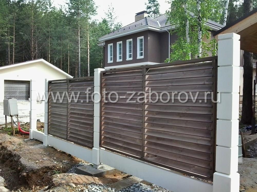 Фото Декоративный забор со столбами из прессованного бетона и секциями с горизонтальным