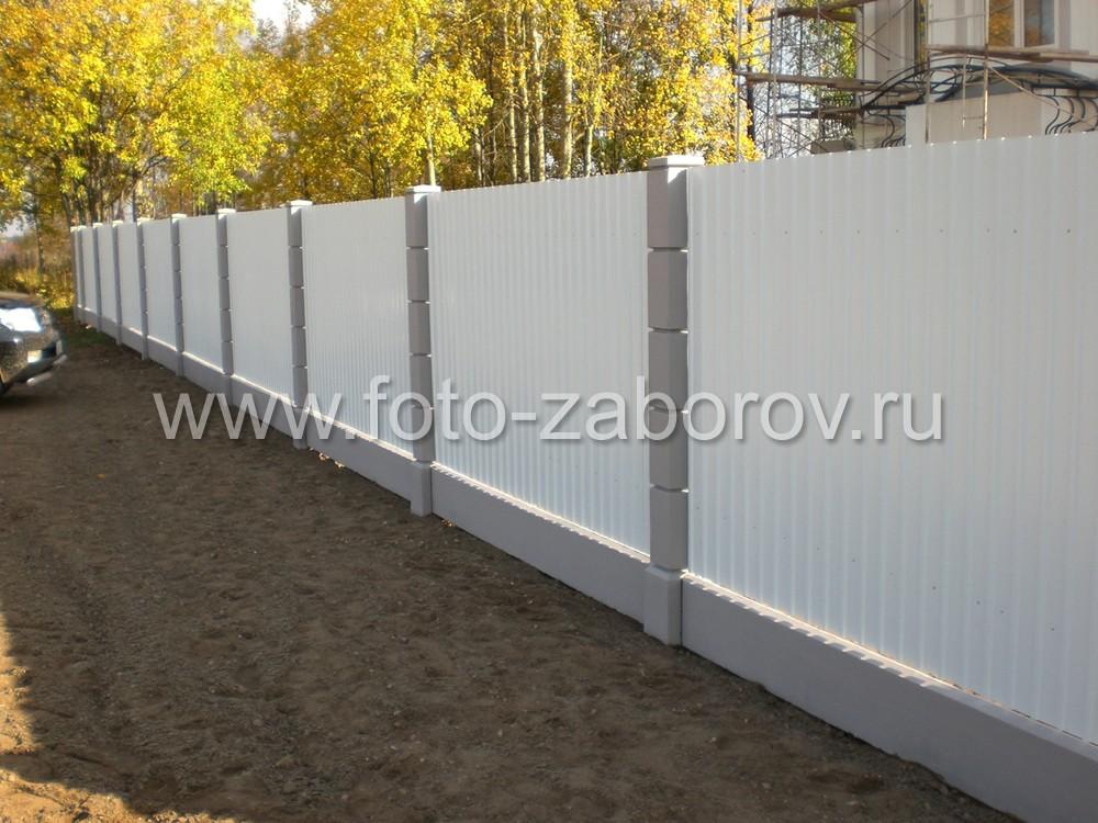 Красивый модульный забор с прессованными бетонными столбами и секциями из белого