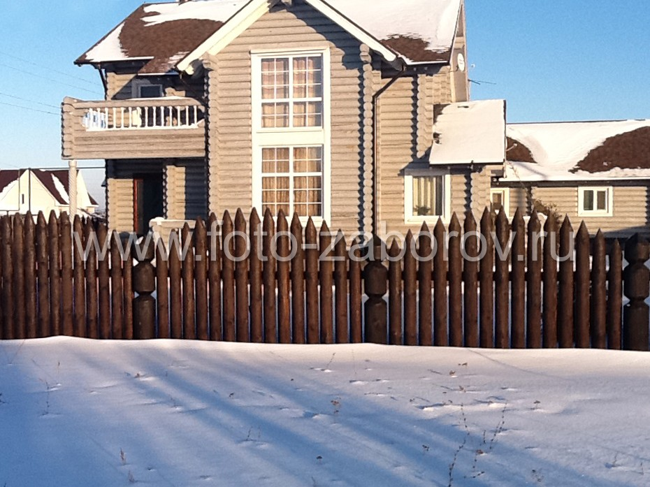 Деревянный бревенчатый частокол - оригинальная ограда дома в