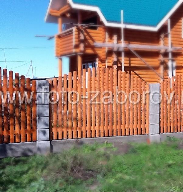 Деревянный забор отлично гармонирует с бревенчатым