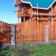 Забор со столбами с вертикальными нишами, в которые вмонтированы светильники ночной подсветки.