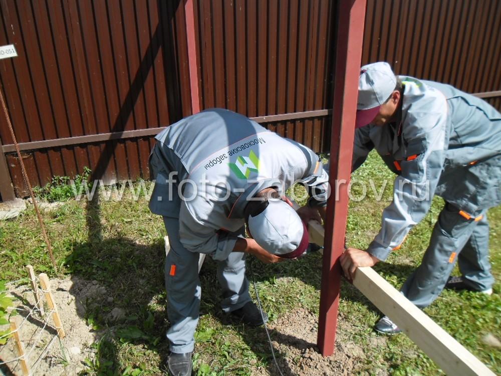 Монтаж деревянных лаг-поперечин на лапки на металлических