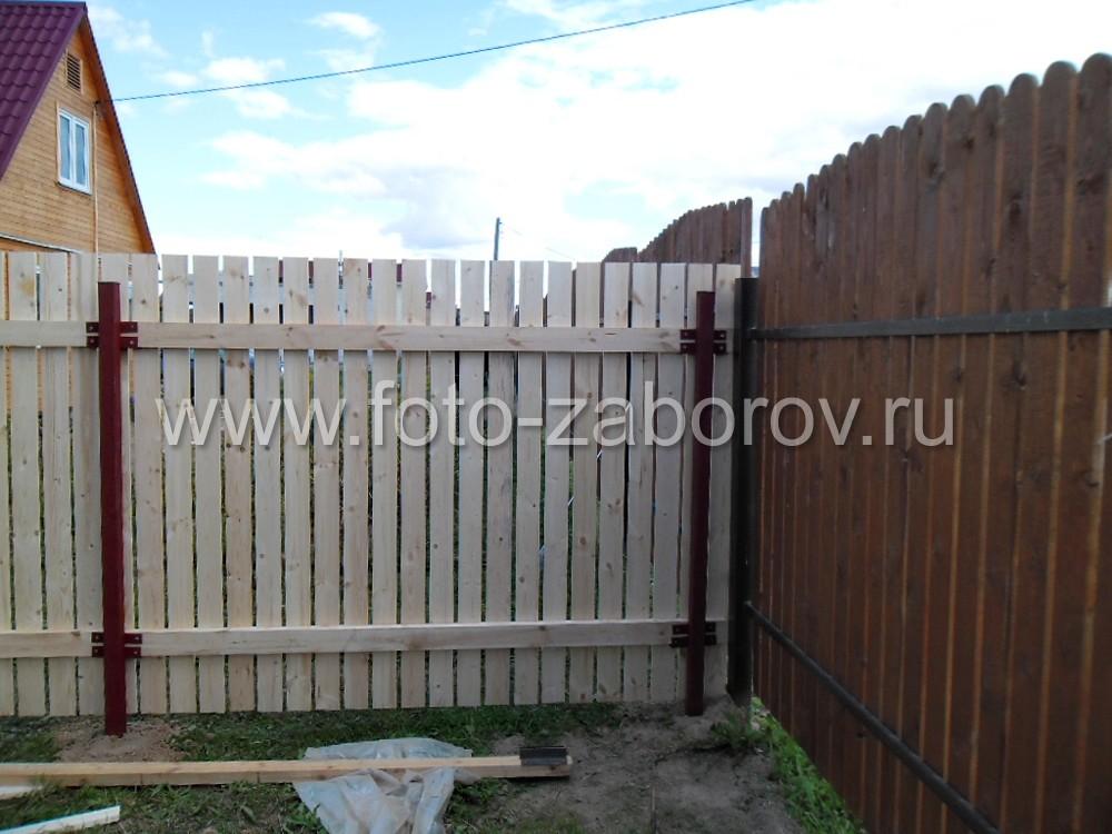 Место стыковки нового  деревянного забора высотой 2 метра с ранее построенным деревянным