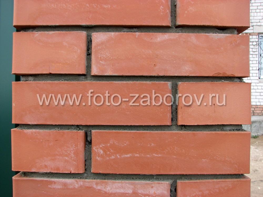 Фото Штакетник из профнастила со столбами из красного