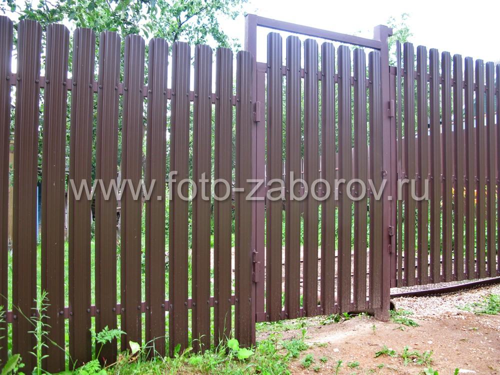 И створ калитки, и створы ворот посажены на массивные металлические петли, приваренные к