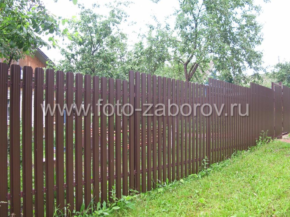 Забор-евроштакетник установлен на склоне. Забор на перепаде высот установлен (ступеньками)